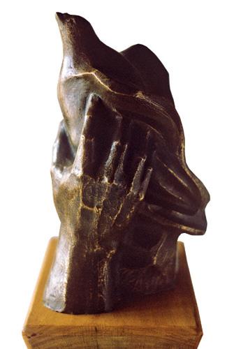 manos con paloma 1992 30 x 20 cm bronce escultura obra artista anibal gil colombia